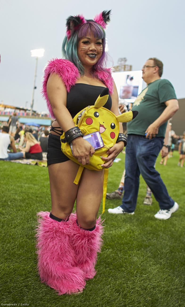 valaki meg Pikachus, rózsaszín szőrmés izét húz a lábára, és megy, hogy