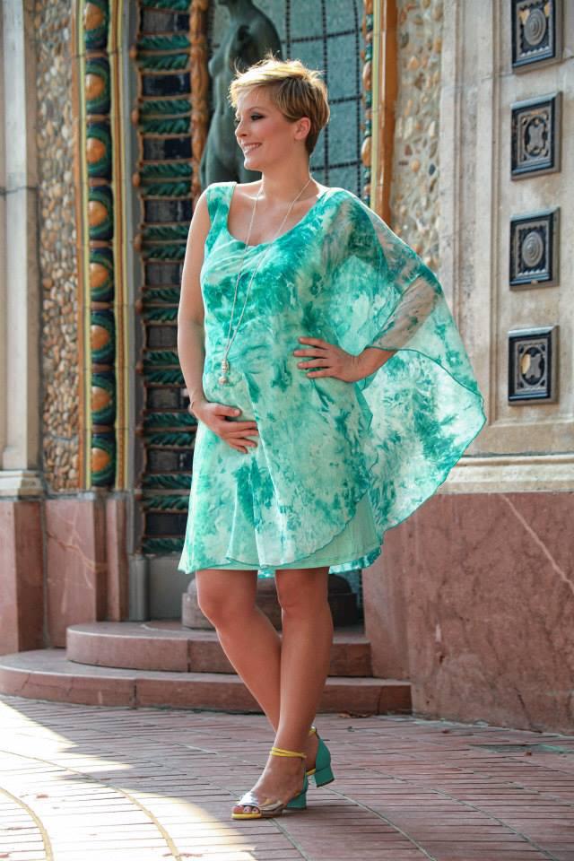 Ugyanannak a ruhacégnek (Süel) tervezett néhány ruhát, mint amelyet Horváth Éva is rendszeresen reklámoz,