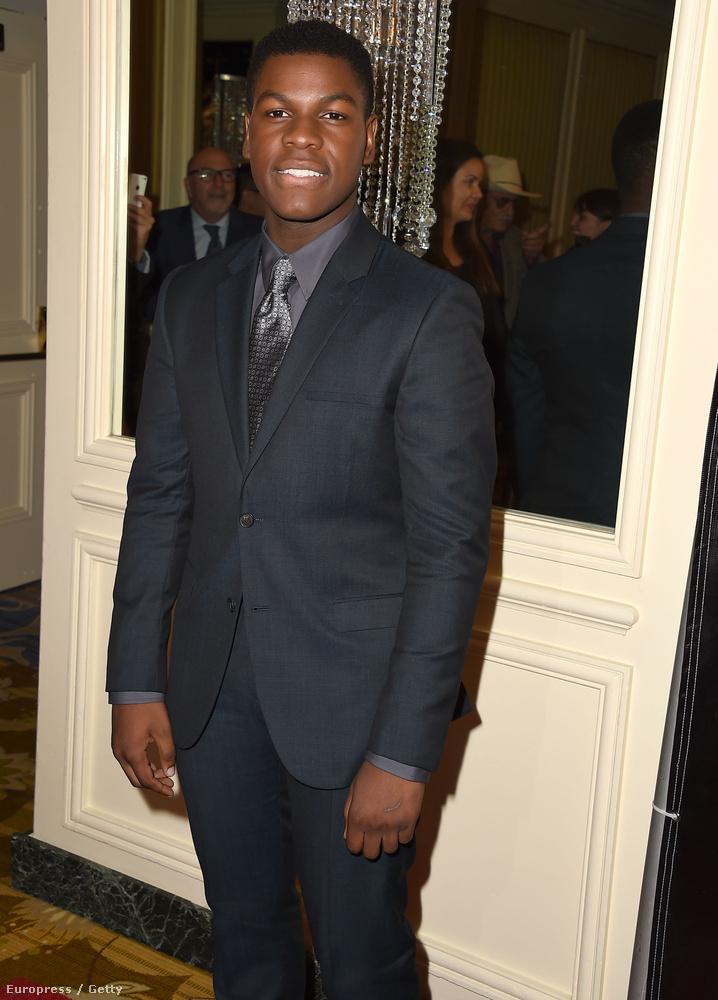 A brit színész, John Boyega jó szabású öltönyben érkezett