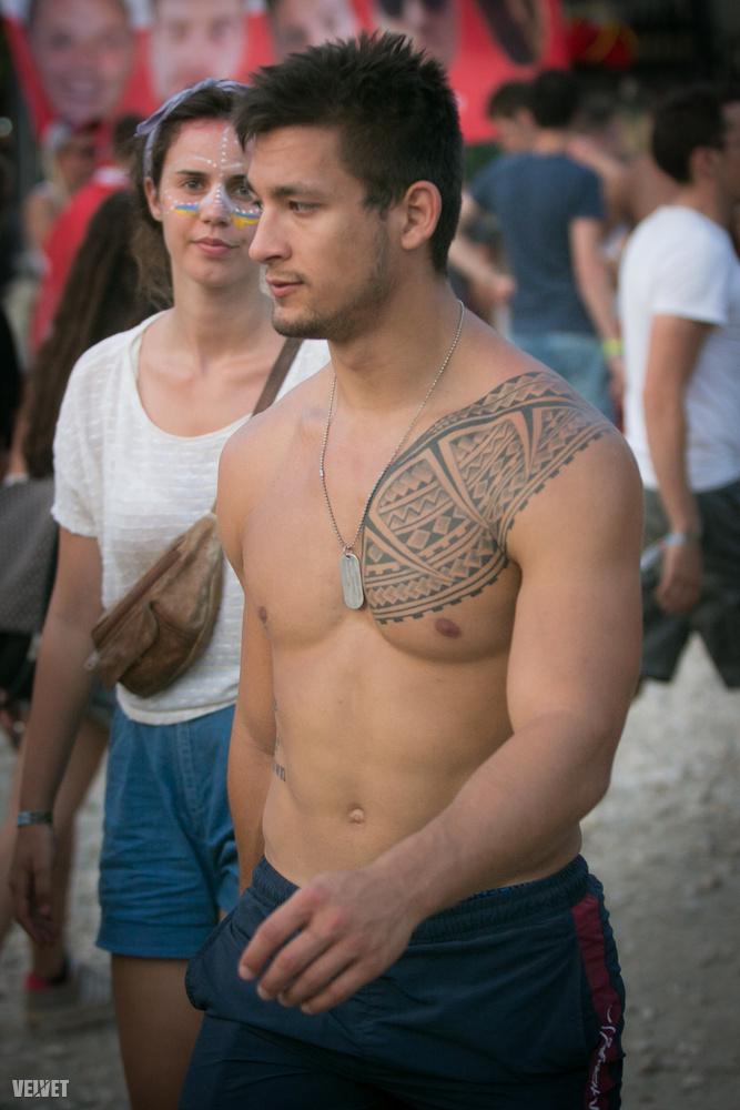 Hoppá, itt egy kevéssé ízléses tetoválás is!