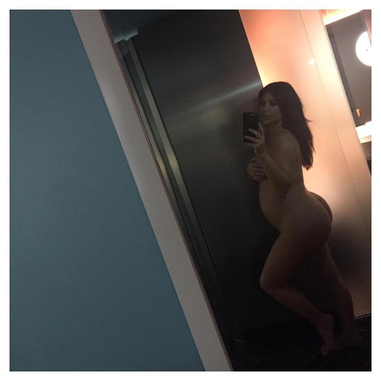 Kim Kardashian egy újabb meztelen képet posztolt magáról, hogy ezzel bizonyítsa, tényleg terhes, és nem más hordja ki helyette Easton Westet.