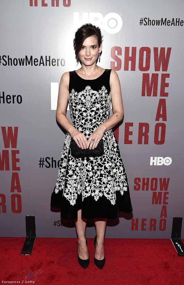 Winona Ryder meg azt mutatta meg, hogy bár már bőven elmúlt negyven, mégis úgy néz ki, mint egy tinilány