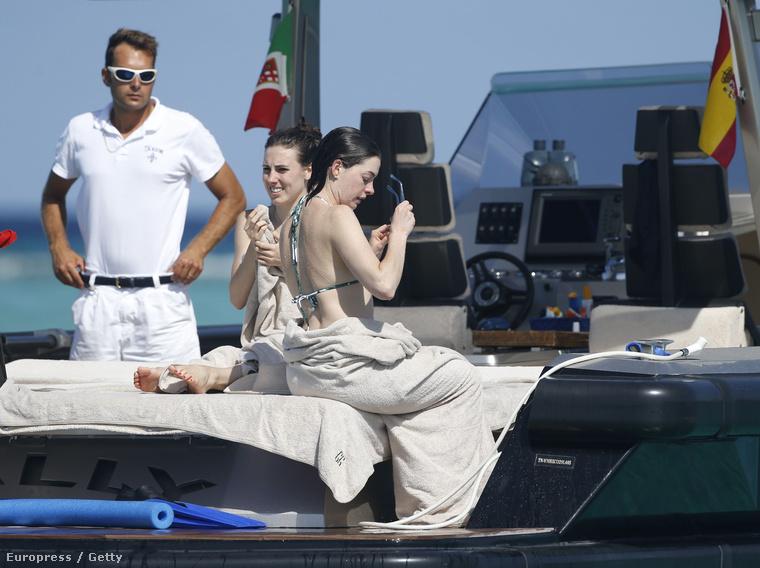 Ezek után megkönnyebbülés volt látni Anne Hathawayt bikiniben