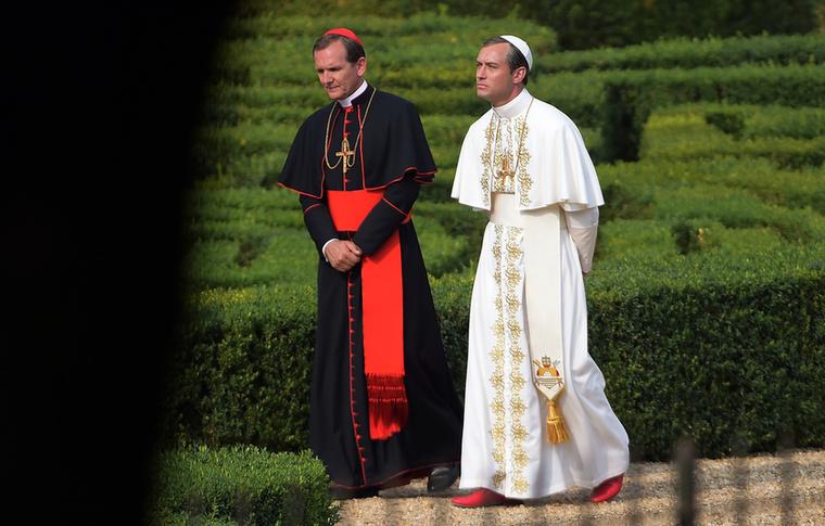 Jude Law viszont nem vetkőzött, hanem pápának öltözött