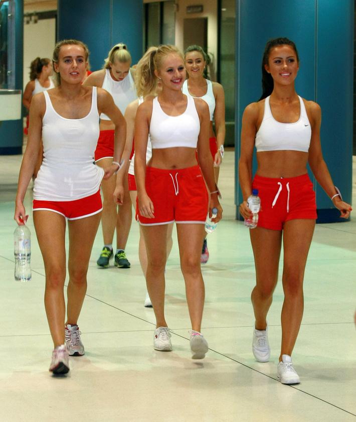 De ne szaladjunk ennyire előre! Most azt láthatja, ahogy a reménybeli szépségkirálynők kivonulnak a sportpályára.