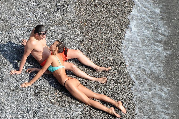 Aztán kiülnek a partra, és felmerül a kínzó érzés, hogy nemcsak hogy tisztában vannak a kamerákkal, de mintha direkt pózolnának.