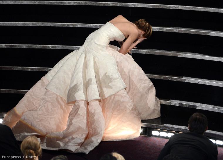 Már az is tökéletes volt, ahogy díját ment átvenni a színpadra, és ilyen szépen elesett