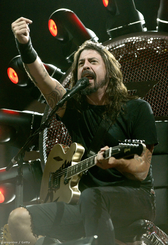A Foo Fighters frontembere még júniusban   törte el a lábát, amikor göteborgi koncertjükön beugrott a közönség közé