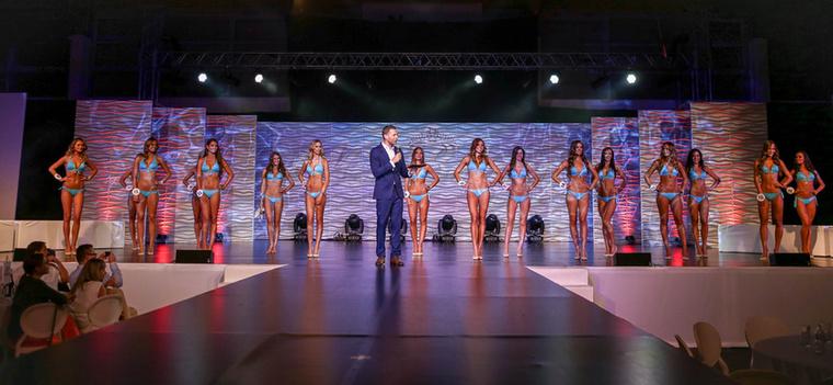 A látványos show-n a lányok először sportos öltözetben, majd bikiniben mutatták meg magukat
