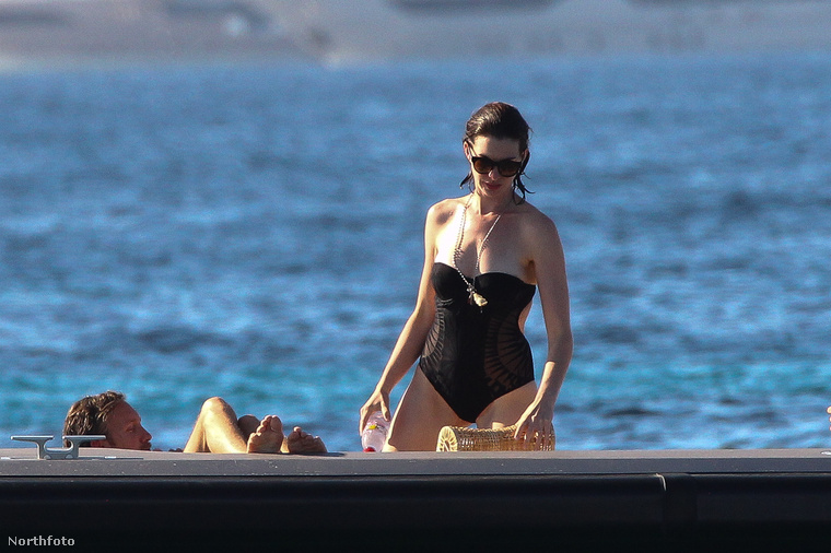 Ezúttal Hathaway egyberészes fürdőruhát húzott magára.