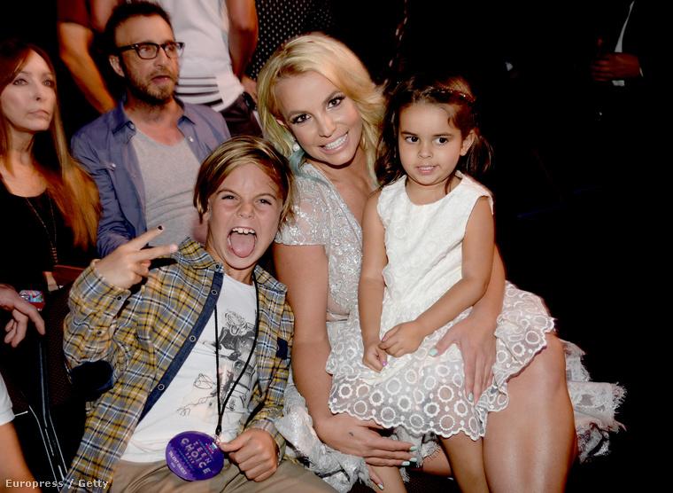 Britney Spears ribancos Hamupipőkének öltözve cukiskodott egyik fiával, és unokahúgával