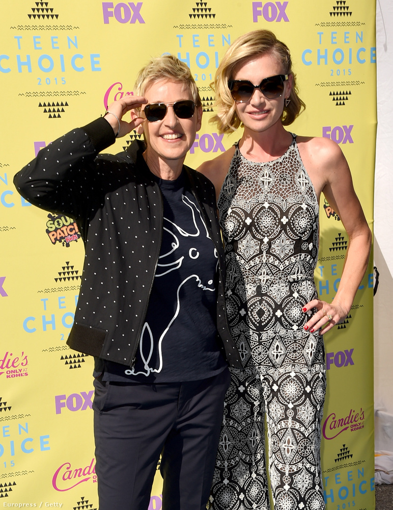 A díjátadóra feleségével, Portia de Rossival érkezett