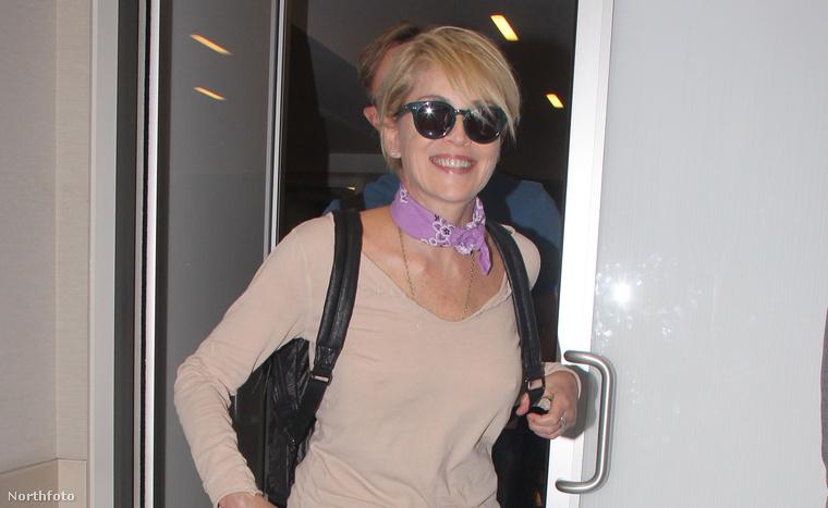Sharon Stone színésznővel a napokban azért foglalkozott mindenki, mert egy szál nyakláncban (és cipőben) fotózták a Harper's Bazaarnak.