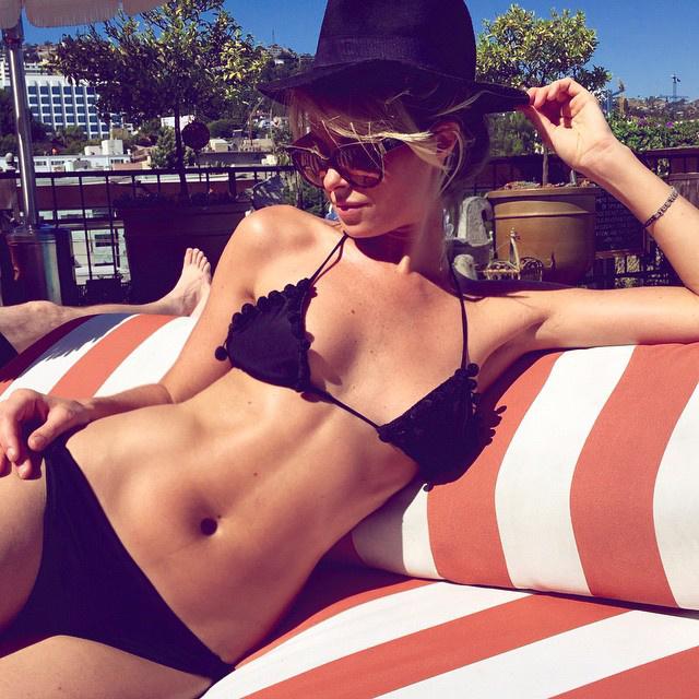 Kate Esworth egyébként modellként kezdte, és Instagramos képei alapján is remekül ért a pózoláshoz.
