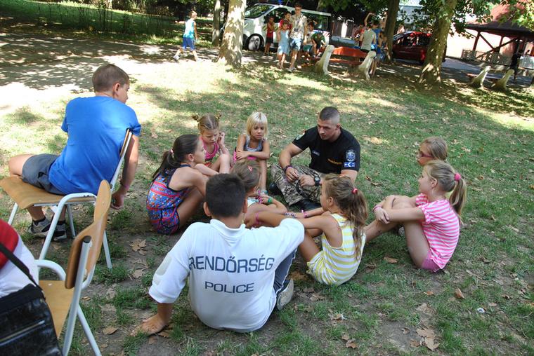 Ugyancsak gyakori jelenség, hogy a rendőrök bűnmegelőzési foglalkozást szerveznek a gyerekeknek, ez általában rendkívül cuki látványokat eredményez