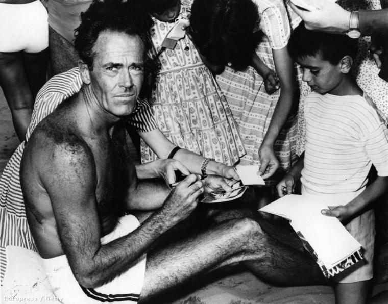 Még egy nagyon menő fotó: Henry Fonda elég lazára vette az autogramosztogatást