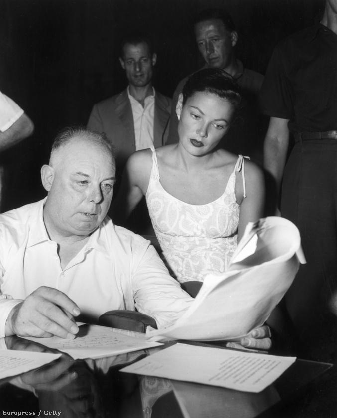 Ez a kép 1945 körül készült, és ha nem ismerné fel, eláruljuk, hogy Jean Renoir látható a fotón Gene Tierney amerikai színésznő társaságában