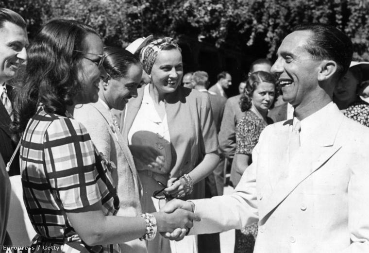 Mielőtt még több érdekes és vidám képet mutatnánk, idézzük fel, hogy bizony maga Goebbels, Hitler propagandaminisztere is részt vett az 1941-es fesztiválon, és kezet rázott Elli Parvo olasz színésznővel.