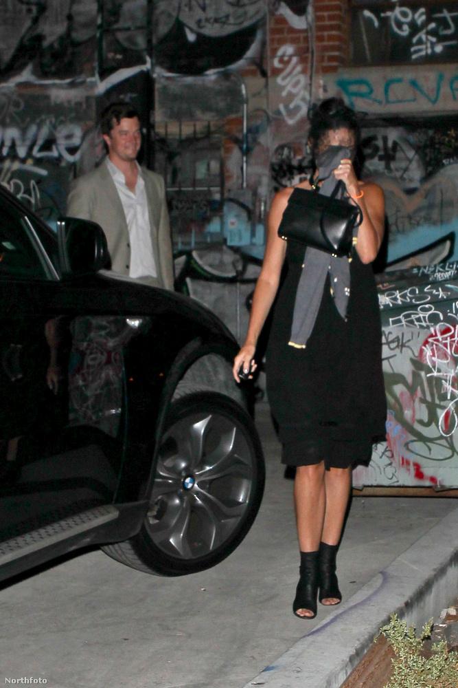 Szóval az történt, hogy lefotózták Demi Moore-t, amint egy étterem hátsó kijáratánál távozott