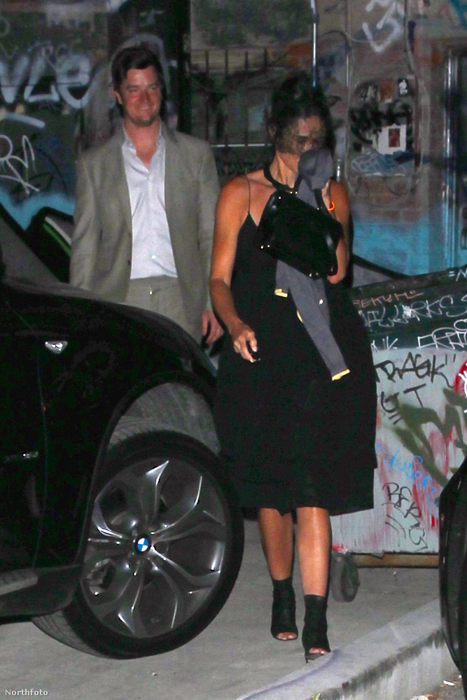 Ha tippelni kéne, akkor a színésznő a mögötte vigyorgó, látszólag jóval fiatalabb pasival randizott épp