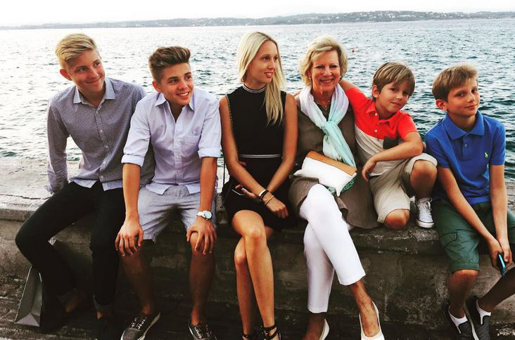 Ahogy azt már említettük, négy testvére van, a képen velük és nagymamájával látható