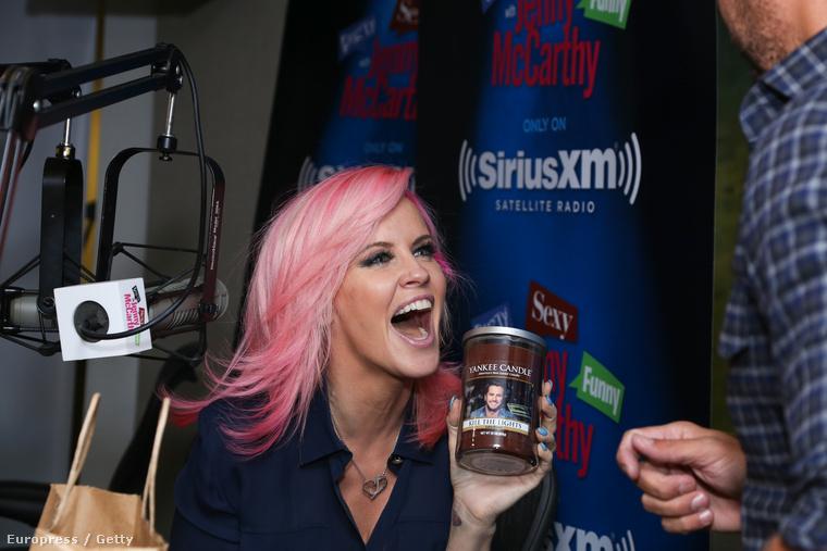 Vagy a rózsaszín hajjal is dögös Jenny McCarthy, aki teli pofával röhögött