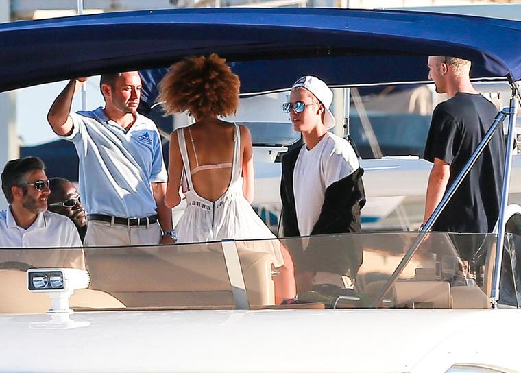 Miután ráuntak a hajókázásra, a társaság a kikötő felé vette az irányt, hogy megebédeljenek.
