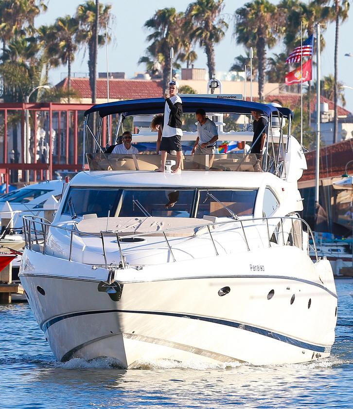 Itt egy kép a yachtról is, hogy még jobban irigykedjen az énekesre