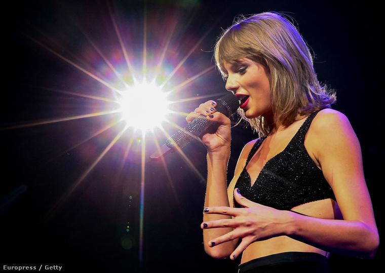 Mostanában viszont a lábai helyett arról cikkeztek, hogy Miley Cyrus nem igazán bírja Swiftet