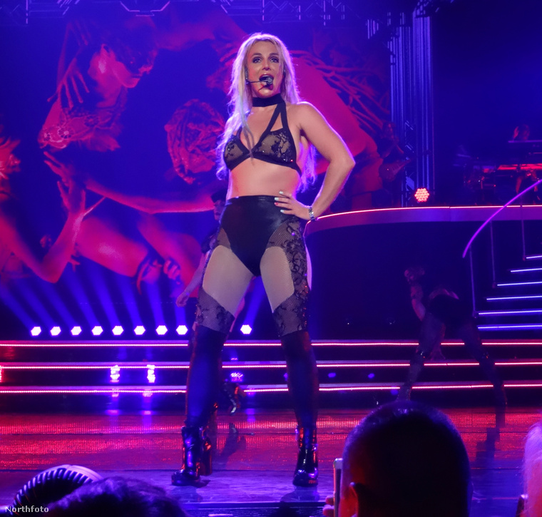 És lehet, hogy Spears háta mögött van pár év, meg lemez, meg siker, meg mostanában igazi szuperanyukaként viselkedik...