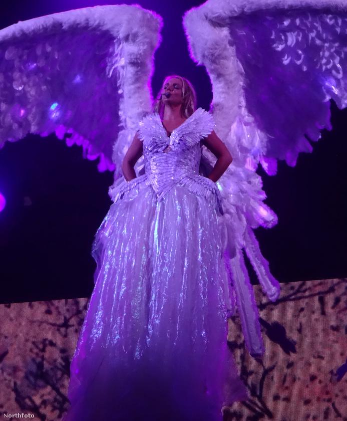 Tudja, ez az a nagyszabású show, amiben az énekesnő ilyen repülő angyalként száll alá