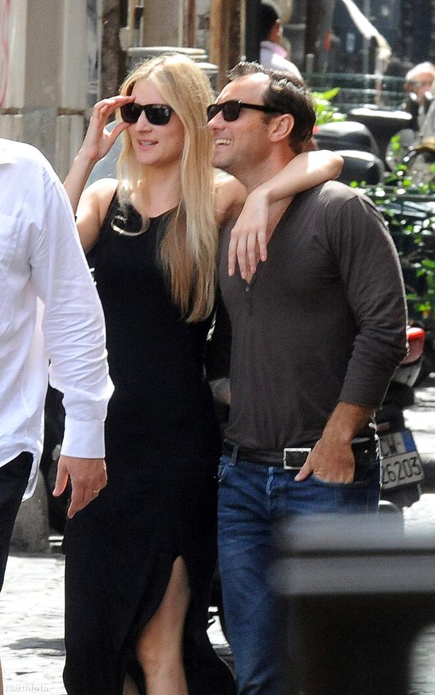 Law köldökig kivágott pólóban vezette körbe a barátnőjét a városon, miután ebédeltek egyet.