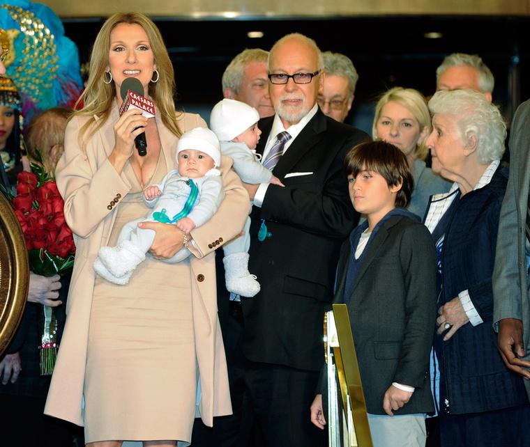 Többször próbálkoztak mesterséges megtermékenyítéssel, végül 2010-ben a hatodik után Dion bejelentette, hogy ikrekkel terhes