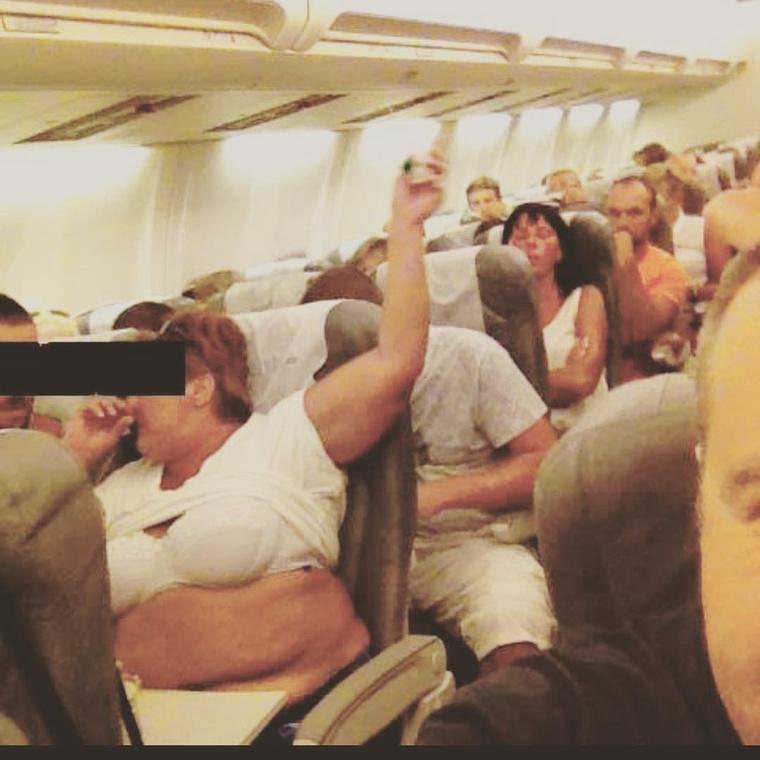 A repülőkön általában elég szűkös a hely, de még ezt is lehet fokozni.