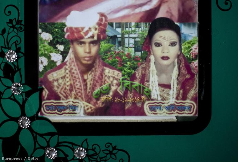 És ezzel a fotóval búcsúzunk, ez a 27 éves Mohammad Sujon Mia és felesége, a 14 éves Mousammat Akhi Akhter esküvői fotója
