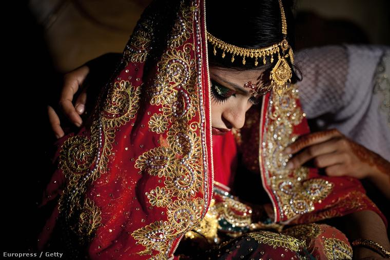 """A képügynökség tájékoztatása szerint ezen a képen a menyasszonyt itt egy barátja """"vigasztalja"""" a lakodalomban"""