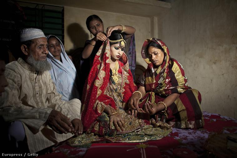 Nasoin Akhter most rokonaival pózol az esküvője napján! Boldog pillanatok ezek!