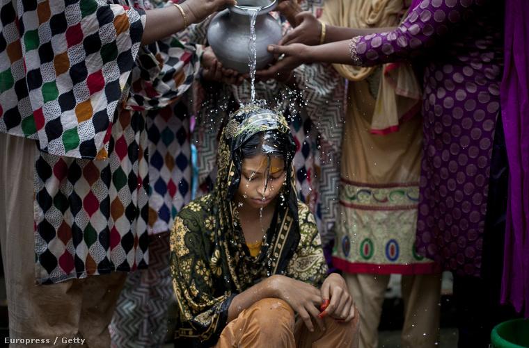 A lányok 65%-a, azaz csaknem kétharmada 18 éves koráig megy férjhez