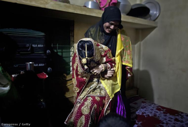 Nasoin Akhter nem akar az ágyon pózolni leendő férjével, úgyhogy készséges rokonai odaráncigálják