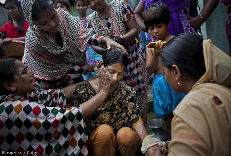 A lányt rokonai mosdatják az ünnepség előtt