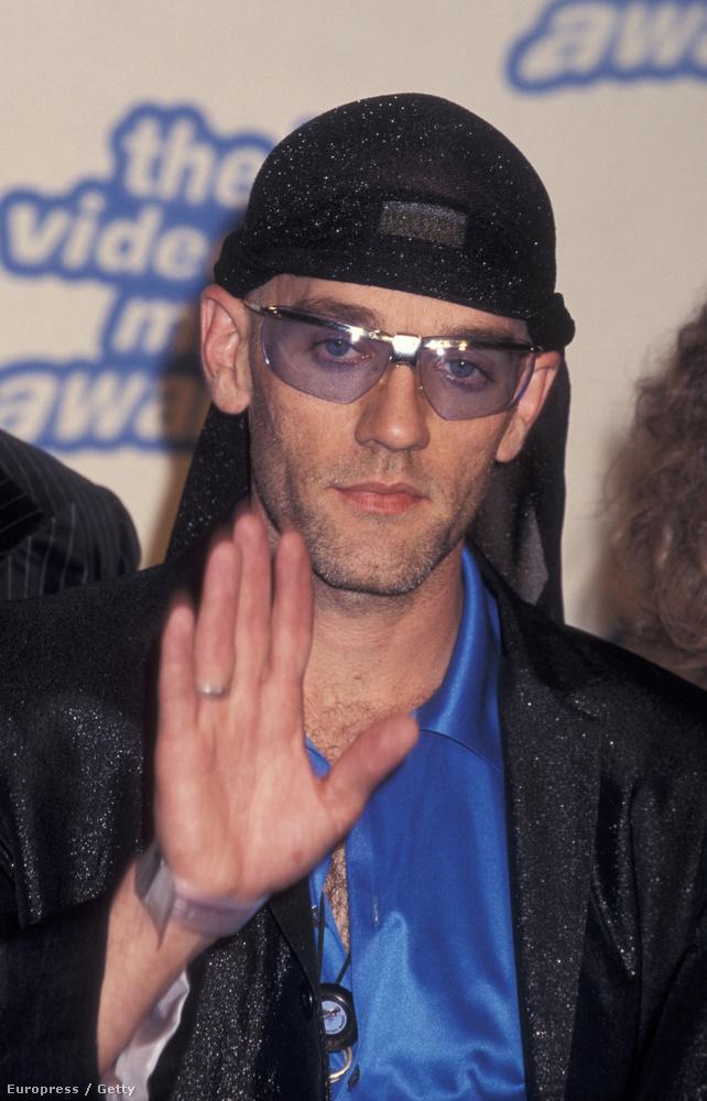 A 90-és években a kék lencséjű napszmüveg volt az egyik legdivatosabb kiegészítő, és ezt az REM frontembere, Michael Stipe is tudta