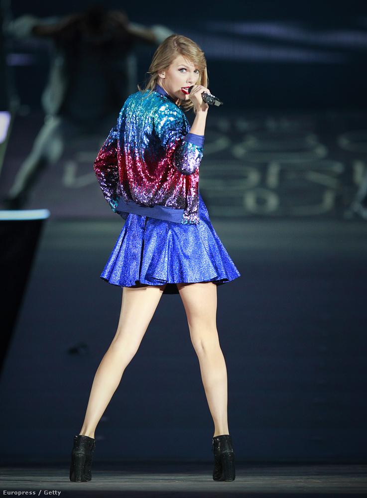 Arról azonban méltatlanul keveset beszél bárki, sőt, egyáltalán szóra se méltatta eddig senki, hogy Taylor Swift ezen a turnén a szerkesztőségünk egész Aliexpress-rajongó részét megszégyenítve viselt tökéletes, csillogó és szivárványszínű ruhákat! Bezzeg a jólelkűségéről beszámoltunk, na, szép!