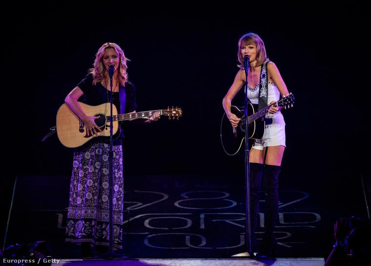 Egyértelmű, hogy a válogatásba kellett kerülnie annak a pillanatnak is, amikor Taylor Swift a Jóbarátok Phoebe-jével, Lisa Kudrow-val adta elő a sorozat ikonikus dalát, a büdös macskát <333