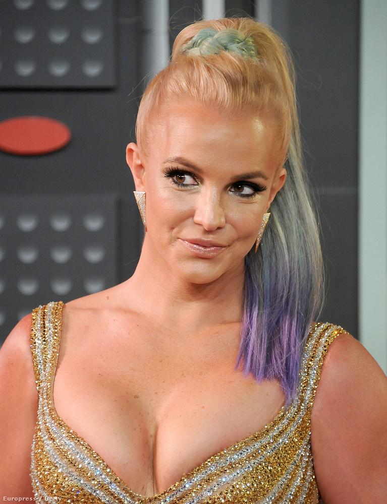 Ez amúgy valószínűleg azért lehet, mert Britney Spears kivételesen nem teliszájjal vigyorgott, mint ahogy szokott, hanem ilyen természetellenesen csücsörített