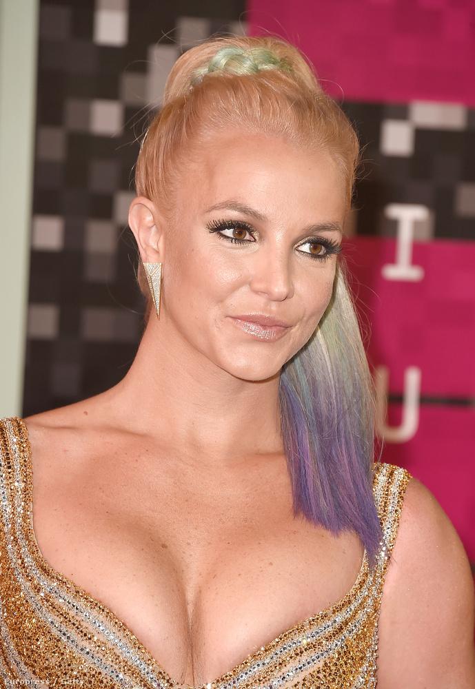 A lényeg, hogy az énekesnő és a magyar glammodell, aki itthon Britney Spears-hasonmásként kezdte mostanában brutálisat ívelő karrierjét, újra hasonlítanak egymásra
