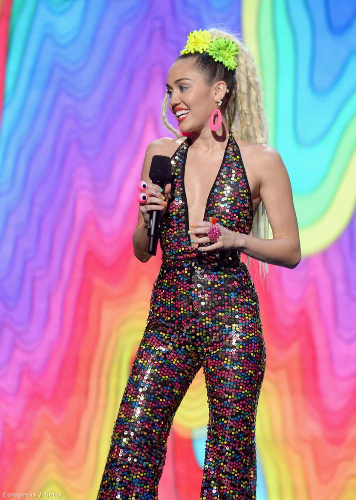 Mi egy kicsit ebben a ruhában és hajban is a 90-es évek Madonnáját látjuk.