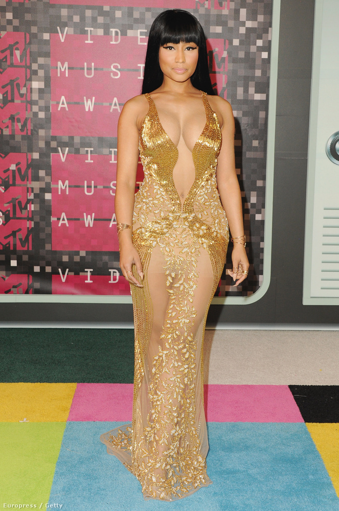 Na de nem csak Rita Ora választott mélyen dekoltált ruhát