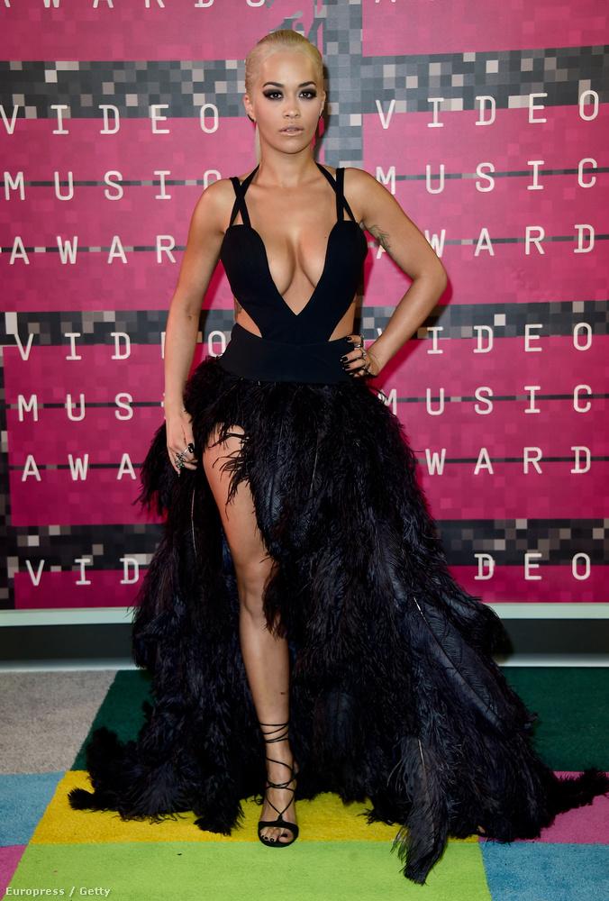 Rita Ora nem aprózta el az idei MTV Video Music Awardsra felvett ruháját