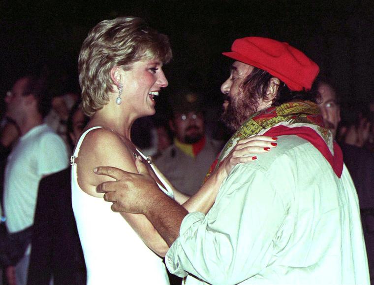 Diana itt éppen Pavarottival találkozik Olaszországban