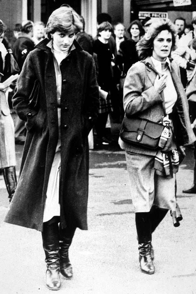 Igen, az ott  Kamila Parker-Bowles, aki az1980-ban készült képen feltűnik Diana mellett
